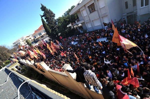 Florya'da binlerce G.Saraylı beklemede
