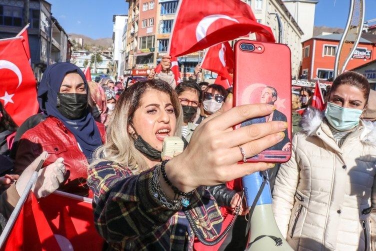 SON DAKİKA HABERİ: Hakkari'de bayraklı protesto! Kadınlardan Diyarbakır annelerine destek...