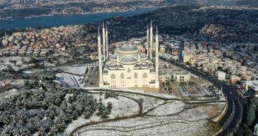 İstanbul'da etkili olan kar yağışıyla beyaza bürünen Çamlıca'dan karpostallık görüntüler...