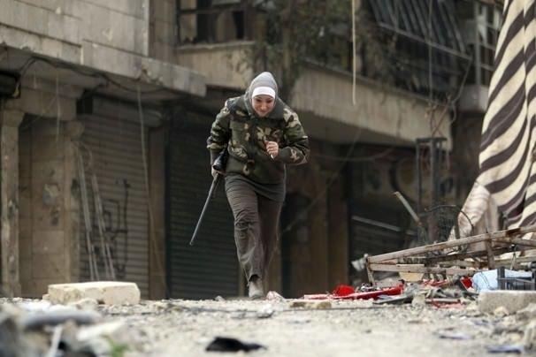 Suriye'de savaşan kadın savaşçı Guevara