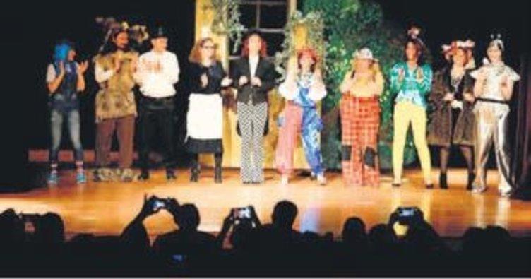 Özel öğrenciler tiyatro sahnesinde
