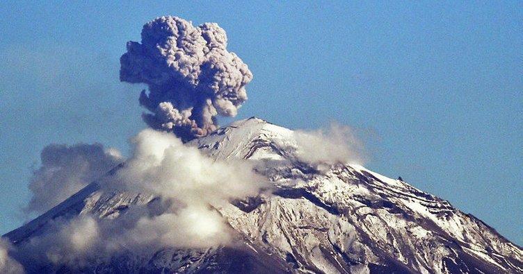 Meksika'da Popocatepetl Yanardağı gaz ve kül püskürtüyor