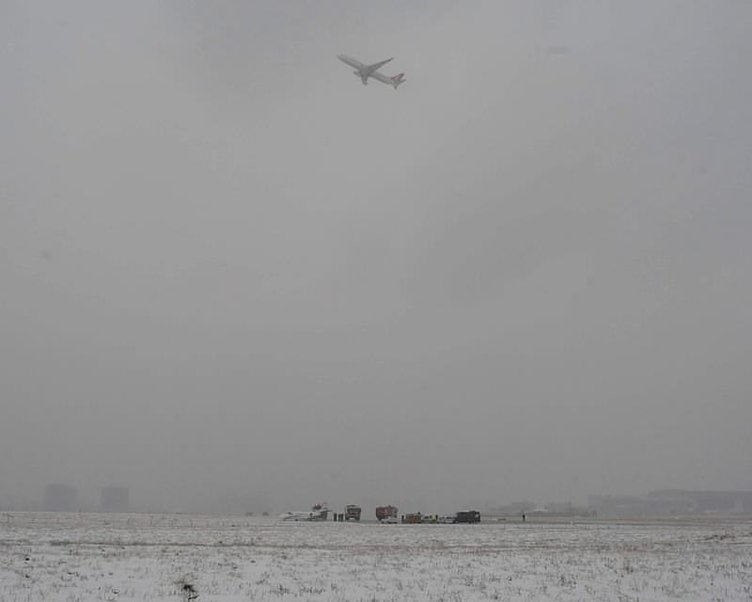 Atatürk Havalimanı'nda uçak pistten çıktı