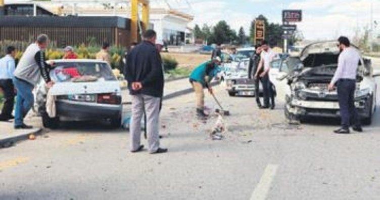 Park halindeki araca çarptı, 3 kişi yaralandı