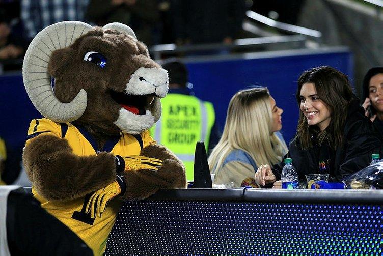 Maçı bıraktılar onu izlediler! LA Lakers-San Antonio Spurs maçına Kendall Jenner damga vurdu!