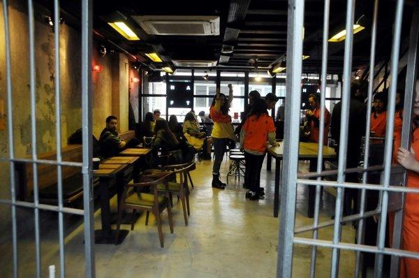 Bu kafede müşteriler mahkum, garsonlar gardiyan
