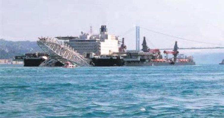 Dev gemi 4.5 saatte Boğaz'dan geçti