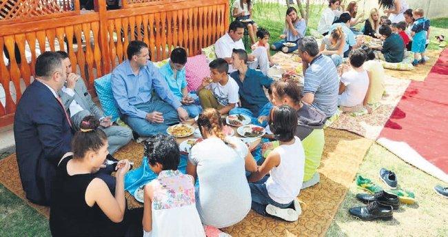 Yurt çocuklarının bayram sevinci