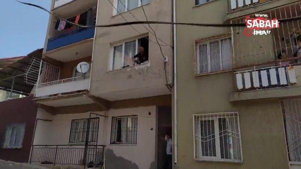 İzmir'de evdeki eşyaları pencereden atan şahıs olayın üzerine çay içti | Video