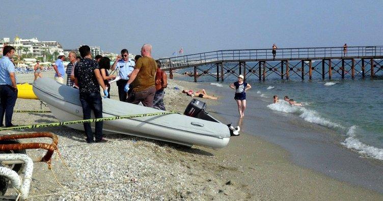 Cesede aldırmayan tatilciler yüzmeye devam etti!