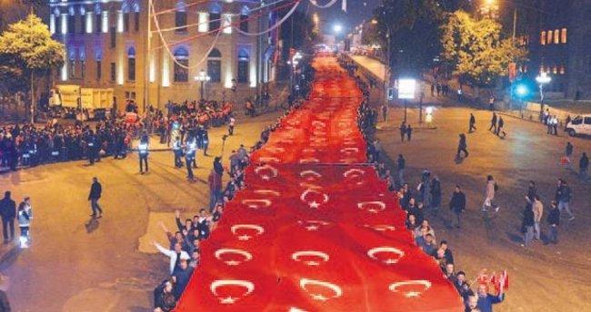 1 kilometre uzunluğunda Türk bayrağı taşındı