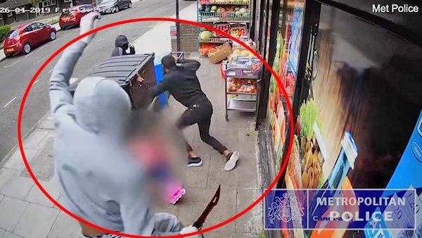 İngiltere'de korkunç olay: 'Zombi Kılıcı' dehşeti kamerada! Sokak ortasında böyle katlettiler...