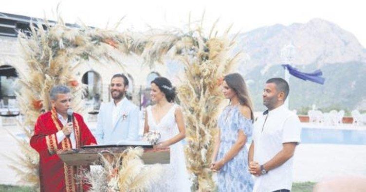 Festival gibi bir düğünle evlendi