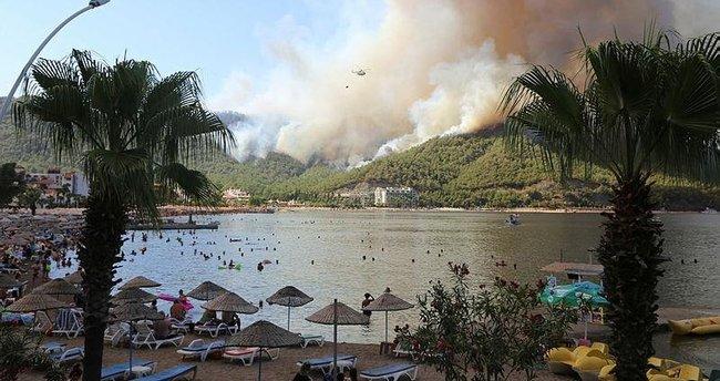 Yangın nedeniyle geceyi plajda geçirecekler