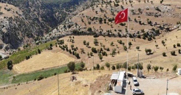 Dev Türk bayrağı Şehit Mücahit için dalgalanıyor