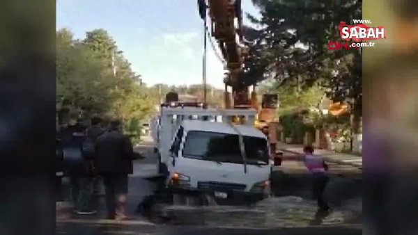 Muğla Bodrum'da su borusu patladı kamyonet çukura düştü! 3 kişi ölümden son anda kurtuldu | Video
