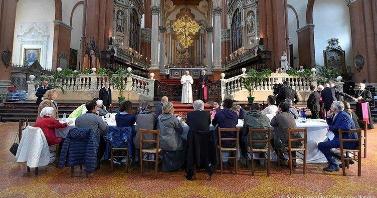 Papa'nın yemeğinden firar ettiler