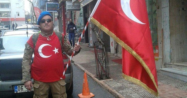 Sırtında Türk bayrağı ile Çanakkale'ye yürüyor