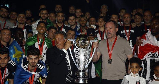 Şampiyonluğun perde arkasını Murat Özbostan yazdı! 'Elektrikleri kesilen Beşiktaş...'