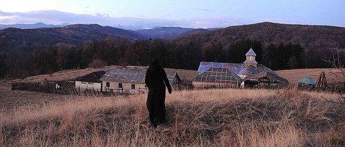 Tepelerin Ardında filminden kareler