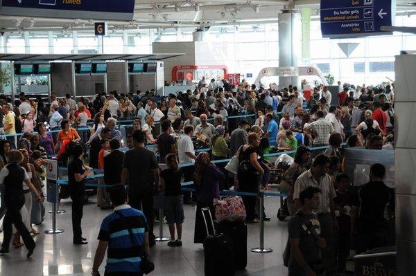 Yolcular havalimanında perişan oldular