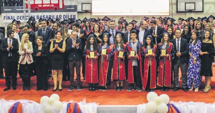 Görkemli mezuniyet töreni