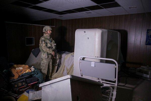 Mehmetçik Afrin'de teröristlerin tam teşekküllü yer altı hastanesine girdi
