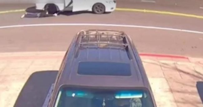 ABD'de soyguncular çantasını gasp ettikleri kadını arabayla metrelerce sürükledi