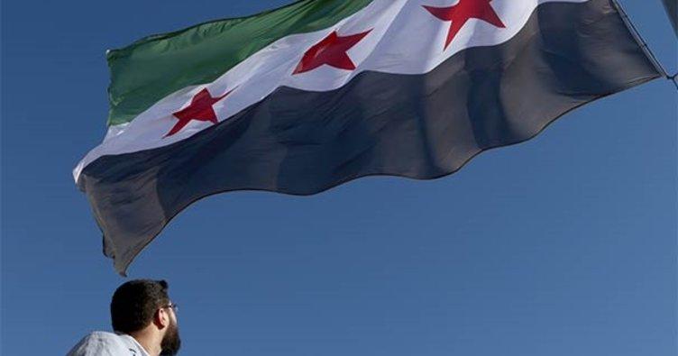 Suriye'nin Türkiye sınırına devrim bayrağı asıldı