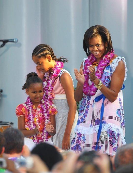 Obama'nın kızları anneleri gibi şık!