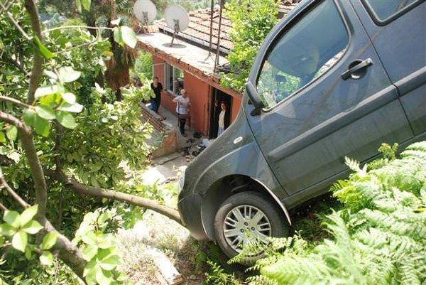 Otomobil ağaca takıldı