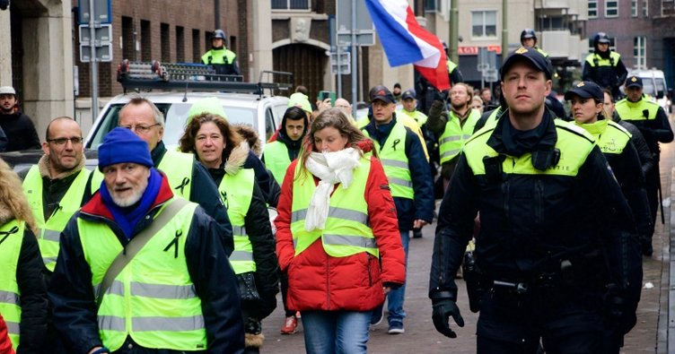 Hollanda'da kırmızı yelekliler hükümeti protesto etti