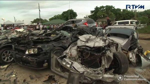 Kameralar önünde lüks otomobilleri paramparça etti!