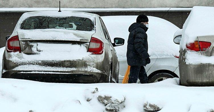 Termometrelerin eksi 20'yi gösterdiği Moskova'da kar trafiği kilitledi
