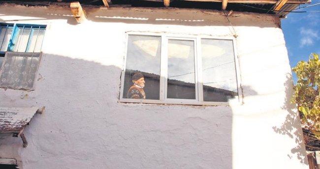 Pencere önündeki yalnızlığa kaymakam eli