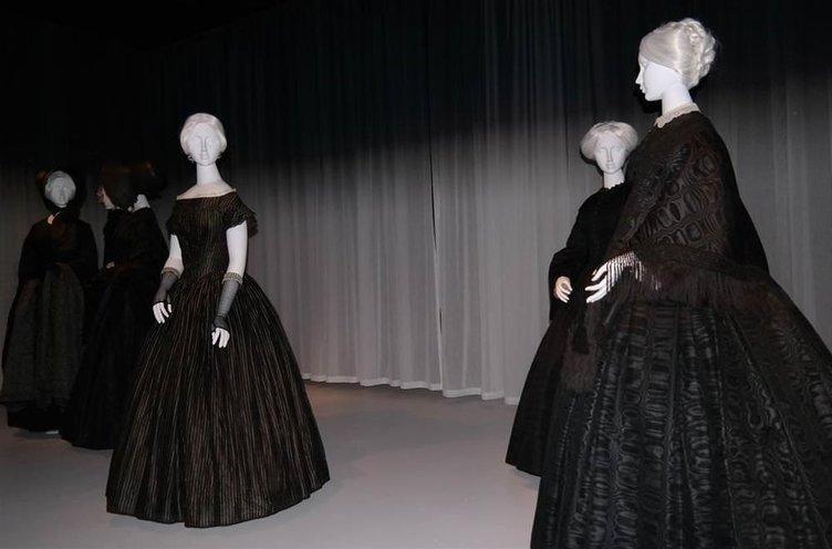 Yas kıyafetleri sergisi