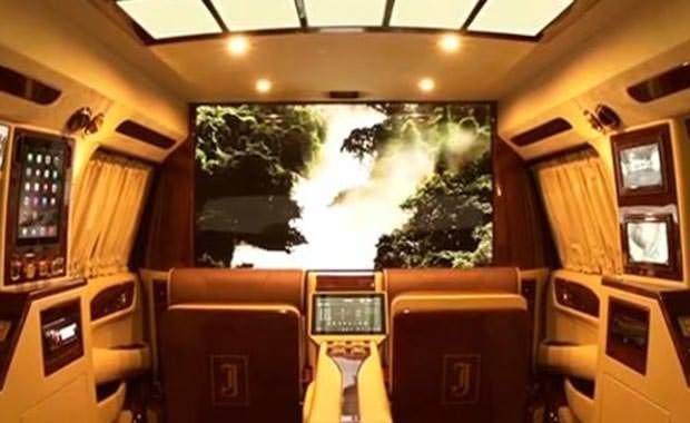 Cadillac'ı 24 ayar altın ile kapladı ve sinema sistemi kurdu