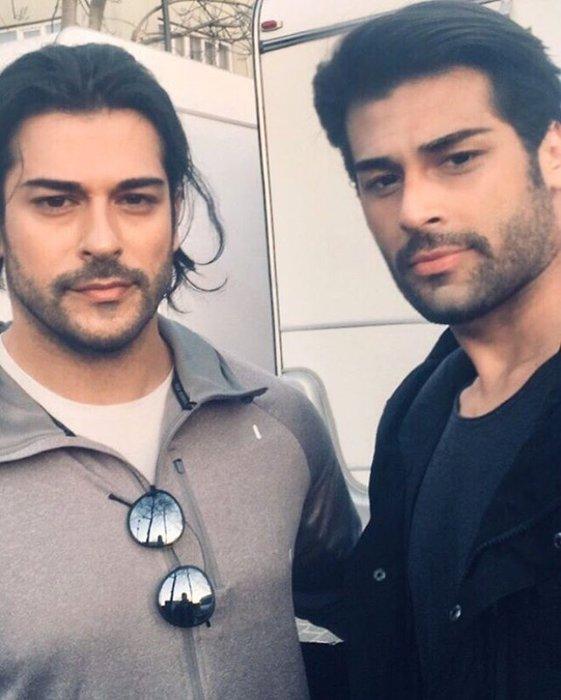 Yakışıklı oyuncu Burak Özçivit'in ikizi ortaya çıktı!