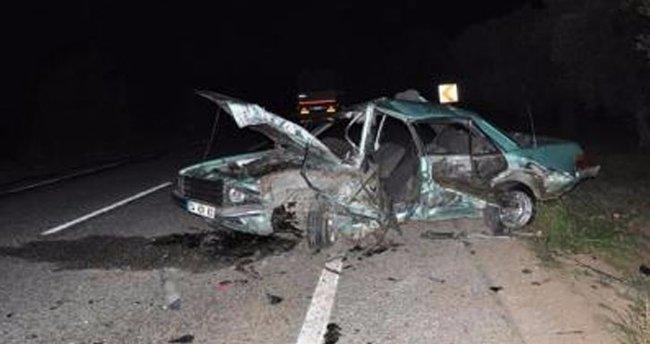 İznik'te 2 otomobil kafa kafaya çarpıştı: 1 ölü, 2 yaralı