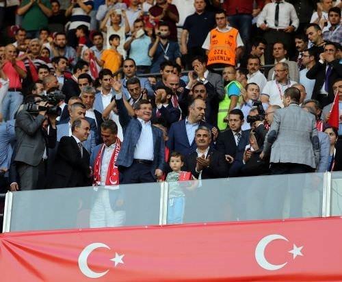 Başbakan golleri ayakta alkışladı