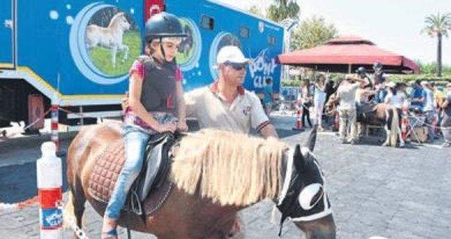 İzmir'de Pony'li kurtuluş coşkusu