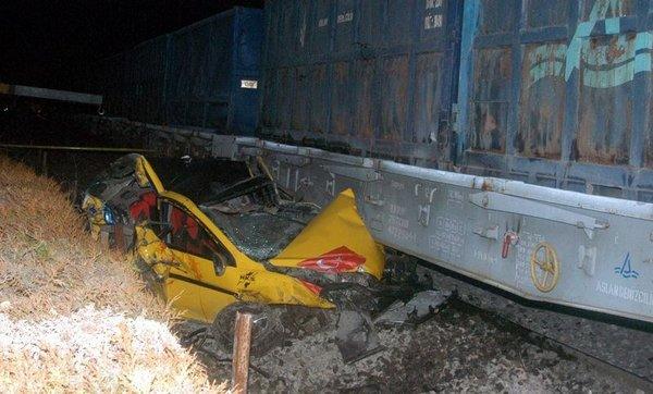 Yük treni ile taksi çarpıştı