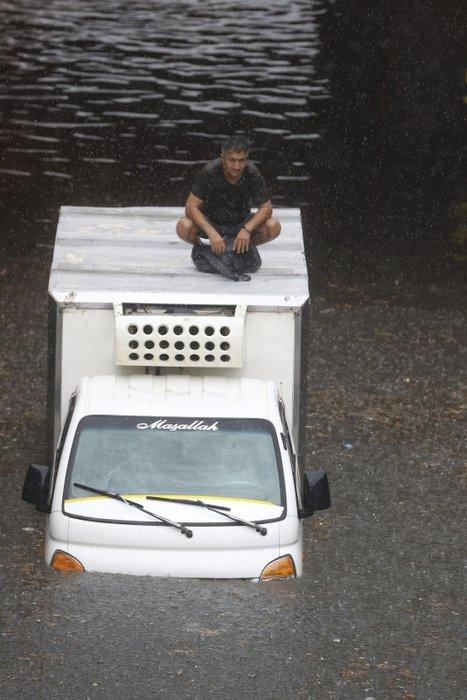 İstanbul'da yolları su bastı; tramvay seferi durdu