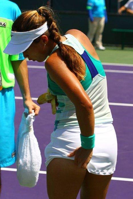 Tenisçi Lauren Davis'i arı soktu