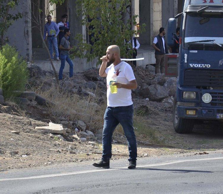 Yolu trafiğe kapattı, linçten polis kurtardı