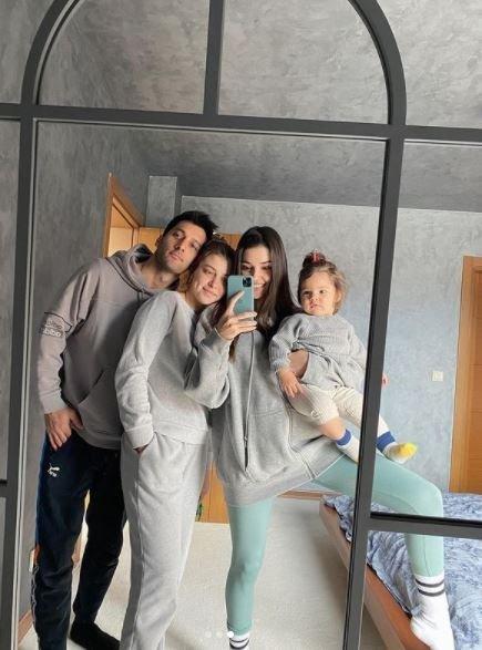 Hande Erçel'den 'Harika ailem' pozu! Hande Erçel'in paylaşımında özellikle yeğeni Mavi ilgi odağı oldu!