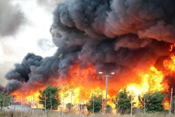 Tuzla'da fabrika alev alev yanıyor