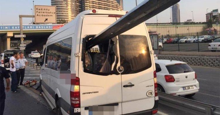 Kadıköy'de bariyerler minibüse saplandı