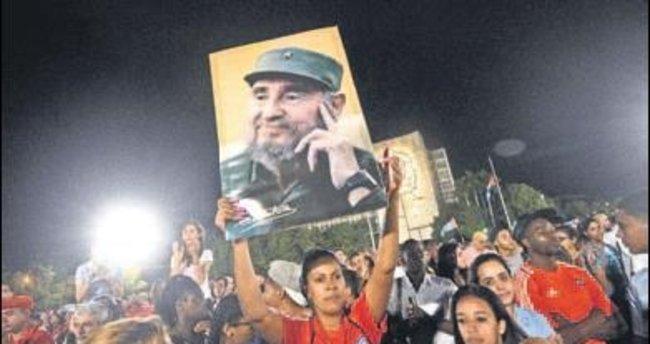 Onbinler Castro için toplandı