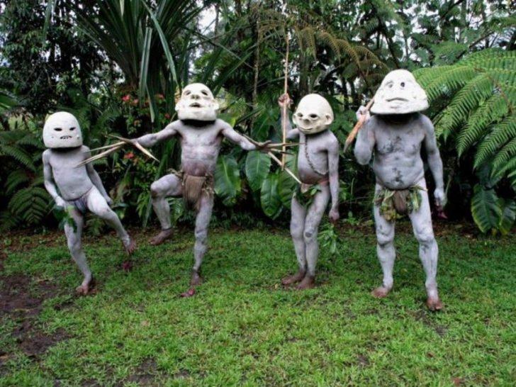 Papua Yeni Gine'deki kabile görenleri şaşırtıyor